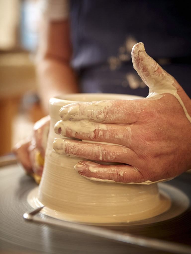 Hände beim Töpfern