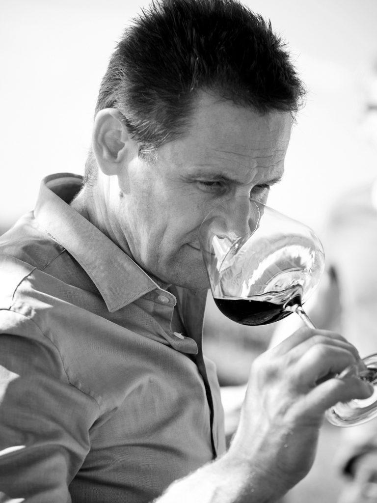 Mann kostet Wein