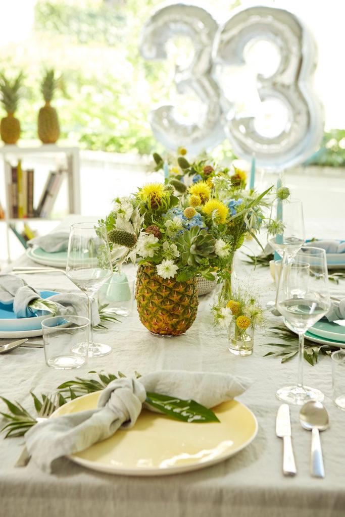 Ananas mit Blumenstrauß