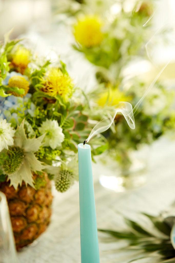 Blumenstrauß und Kerze