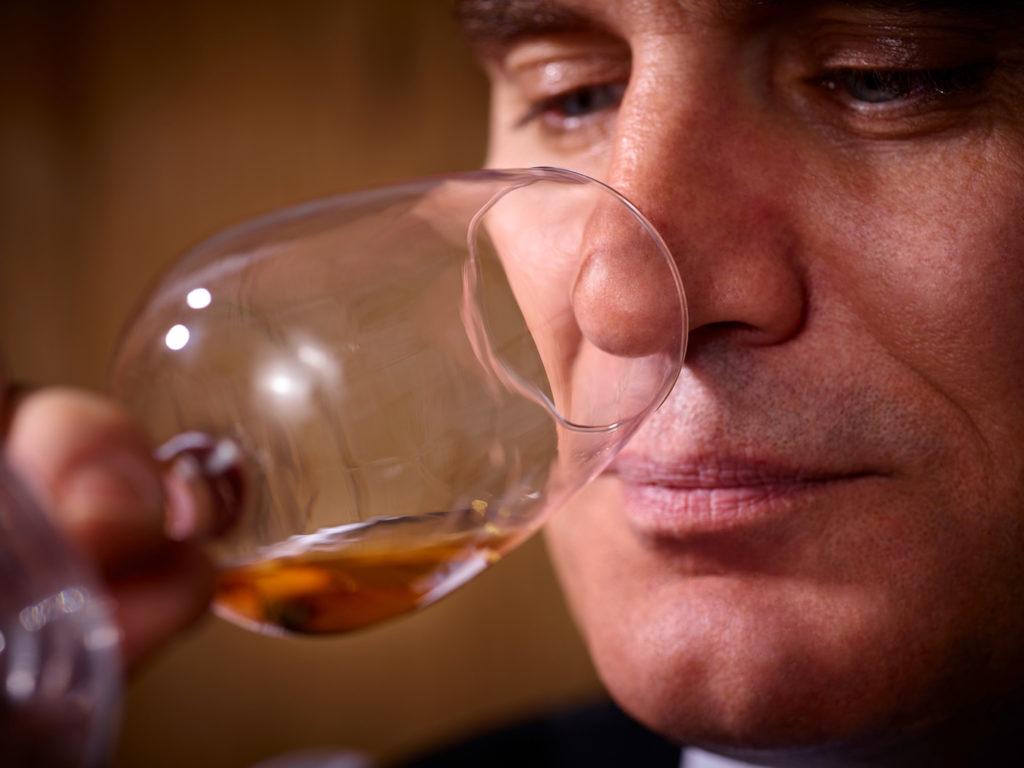 Mann kostet Whisky