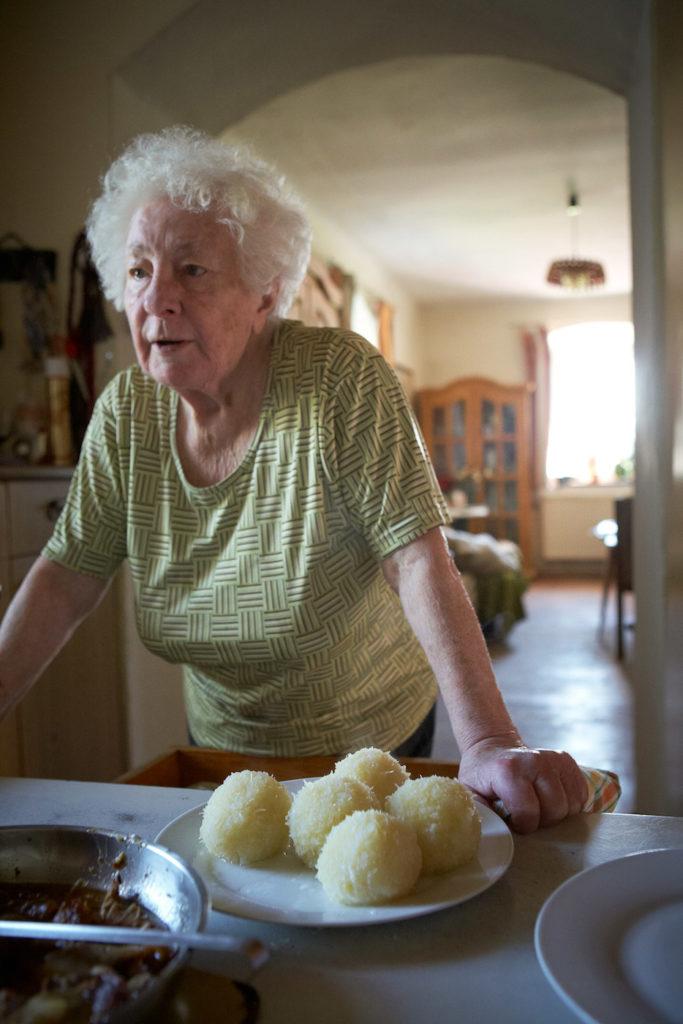 Alte Frau mit Knödelteller