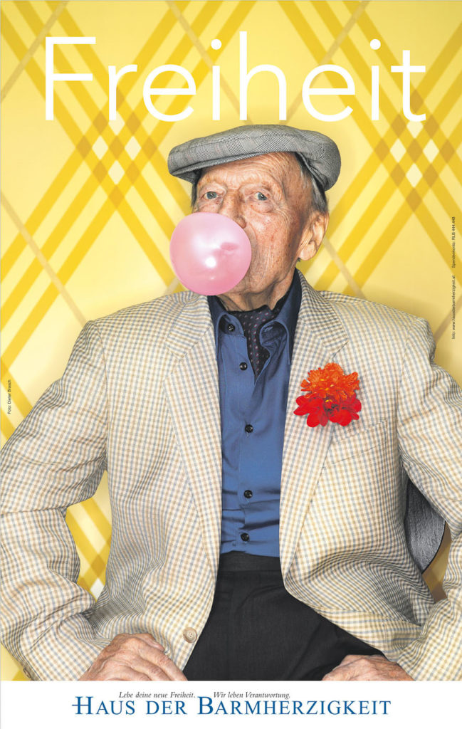 Alter Mann mit pinker Kaugummiblase