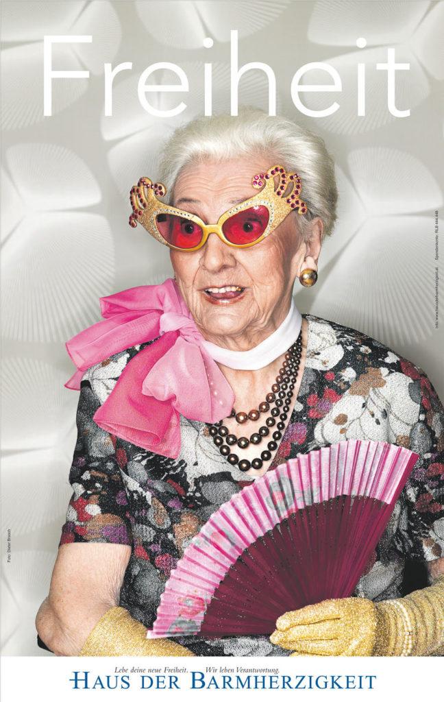 Alte Frau mit pinker Sonnenbrille