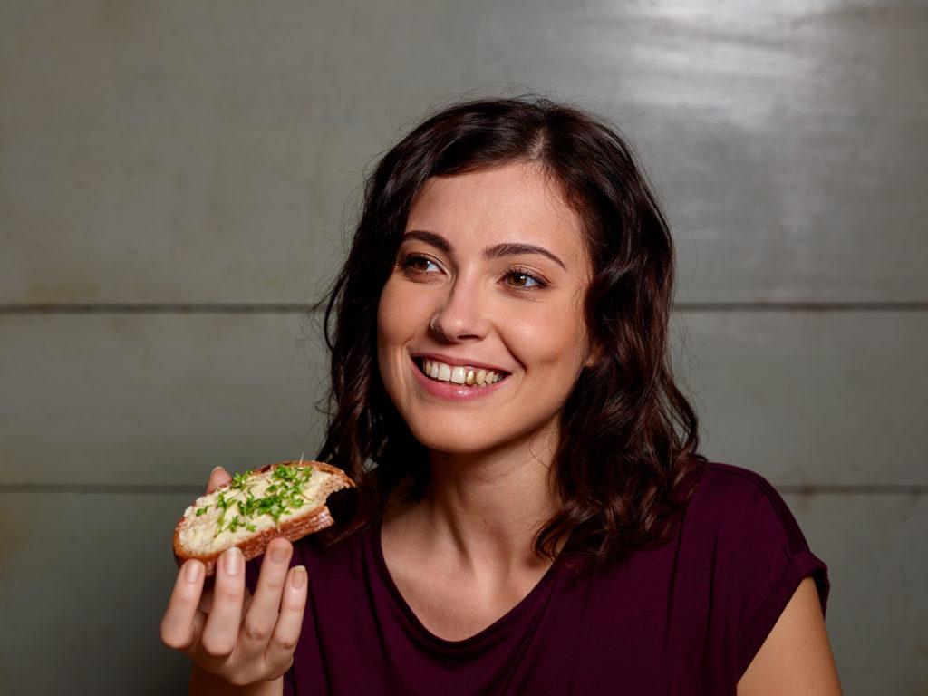 Frau mit Goldzahn isst Brot