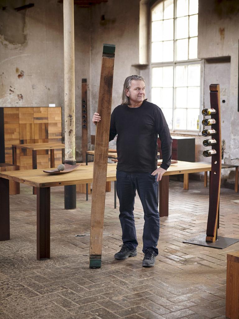 Mann in Werkstatt